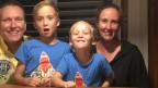 Constantin Frei sitzt mit seinen beiden Söhnen und seiner Frau am Tisch.