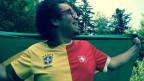 Marc Sway im Fussball-Trikot, eine Hälfte Schweiz, eine Hälfte Brasilien