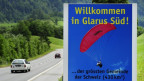 Motorrad fährt durch Glarus
