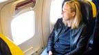 Frau im Flugzeug.