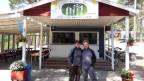 Nicole und Reto Bachofner stehen beim Eingang ihres Campingplatzes.