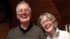 Dorly O'Sullivan posiert lachend mit ihrem Mann.