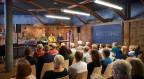 Lesung in einem Raum, der wie eine Ski-Werkstatt eingerichtet ist: Paul Steinmann, Wale Däpp und Leonie Barandun