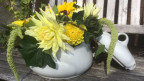 Eine Suppenschüssel mit Blumen gefüllt.