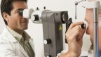 Älterer Mann bei einer Untersuchung beim Augenarzt.