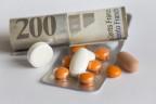 Medikamente und eine Schweizer 200 Franken Banknote.
