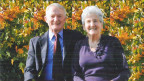 Älteres Ehepaar sitzt auf einer Bank.