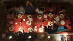Grosse Tafel mit leckeren Speisen aus der Vogelperspektive.