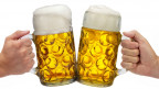 Zwei Bierkrüge beim Anstossen.