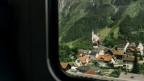Ein Blick aus dem Zugfenster auf die Kirche von Wassen