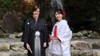 Simeon Peter trägt ein japanisches Hochzeitskimono.