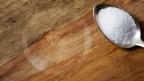 Flecken auf einer Holztischplatte.