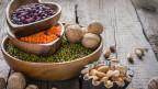 Hülsenfrüchte und Nüsse auf einem Tisch