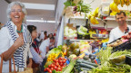 Colette Bastin steht in einem Gemüsemarkt.