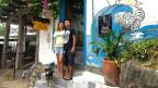 Florance Zumstein und Freund Khai stehen vor ihrem Hostel.