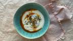In einer Schale ein pochiertes Ei auf Joghurt mit frischem Dill und Haselnussbutter mit Chili - Türkisches Eiergericht çilbir.