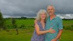 Renate und Bruno Furer stehen auf ihrem Grundstück in Paraguay.