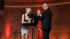 Lisa Eckhart erält den Salzburger Stier 2019 vom Moderator Robert Asam