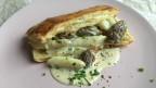 Weisser Spargel mit frischen Morcheln an Rahmsauce auf Blätterteig.
