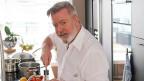 Hobbykoch Mark Frederick Chapman in seiner Küche am kochen.