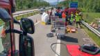 Eine inszenierte Unfallstelle auf der Autobahn, mit verschiedenen Fahrzeugen..