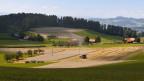 Bauern ernten in Herolfingen bei Konolfingen im Kanton Bern Getreide.