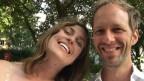 Die SRF-Korresponenten Sarah Nowotny und Roman Fillinger lachen in die Kamera