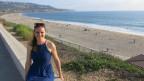 Christy Keller sitzt am kilometerlangen Redondo Beach von Los Angeles.