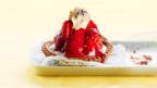 Ein Erdbeertörtchen mit Sahnehäubchen.