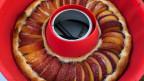 In einem Silikonring wird eine Pfirsichwähe gebacken.