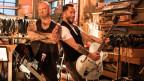 Göla und Trauffer mit Gitarren umgehängt