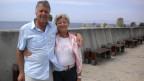 Hansruedi und Elke Zwicker stehen am Quai von Kapstadt.