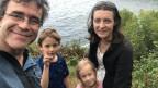 Daniele Belluoccio steht mit seiner Frau und den beiden Kindern an der Küste Australiens.