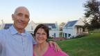 Luca und Ingrid Bein vor ihrem Weingut in Stellenbosch.