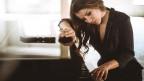 Eliane nachdenklich am Piano