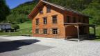 Tradition wird bewahrt. Das Walser-Dörfchen im Dorf. Hinter dem klassischen Walser Wohnhaus steht das ehemalige Schulhaus von Brand im Vorarlberg. Neurenoviert und der Zukunft erhalten.