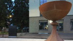 Ein moderner Brunnen in Kelchform in Aarau