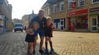 Hans Peter Zollinger umarmt seine Tochter uns seinen Sohn und posiert für das Foto.