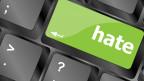 Eine Tastatur mit einer grossen Extrataste. Darauf steht «hate» - Hass.