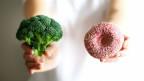 Brokkoli und Donut.