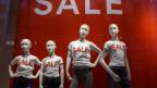 Schaufensterpuppen tragen T-shirts mit Aufdruck «sale».