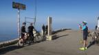 Ein Velofahrer auf dem Gipfel
