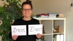 """Daniela Zimmermann mit zwei Kartons. Znacht in einem Wort und Z'nacht mit Apostroph. Was ist """"richtig""""?"""