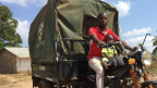 Ein mozambikanischer Taxifahrer mit seinem TucTuc
