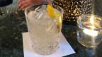 Drink aus Gin, Williamine, Zitronensaft und Zimtsirup.