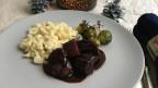 Ein Teller mit Wollsäuli-Ragout mit Quarkspätzli und Rosenkohl.