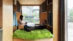 Mann und Frau auf Bett in Tiny House