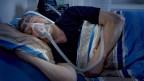 Mann schläft mit Schlafmaske.
