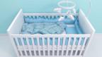 Leeres Kinderbett