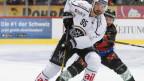 Zwei Eishockeyspieler im Kampf